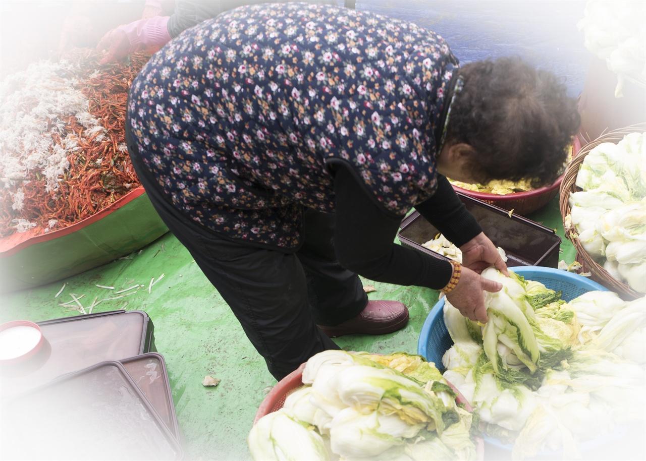 김장 풍경   팔순을 넘긴 엄마는 '그만 쉬시라'는 말도 못들은 척, 한시도 쉬지 않고 움직인다.