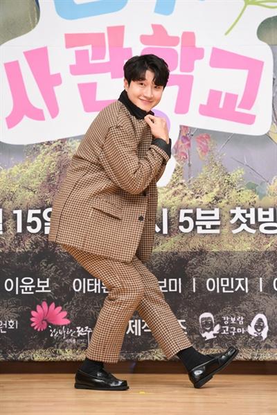 배우 장준현(최만수 역)이 포즈를 취하고 있는 모습.