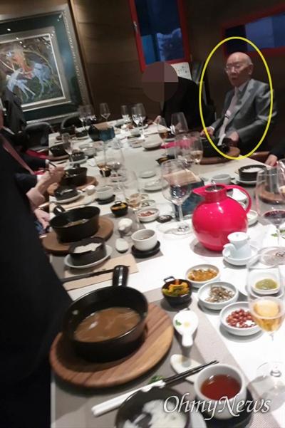 전두환씨가 12.12 쿠데타 주역들과 함께 서울 강남 모 고급 중식당에서 1인당 20만 원 상당의 코스요리를 즐기는 모습이 12일 확인됐다.