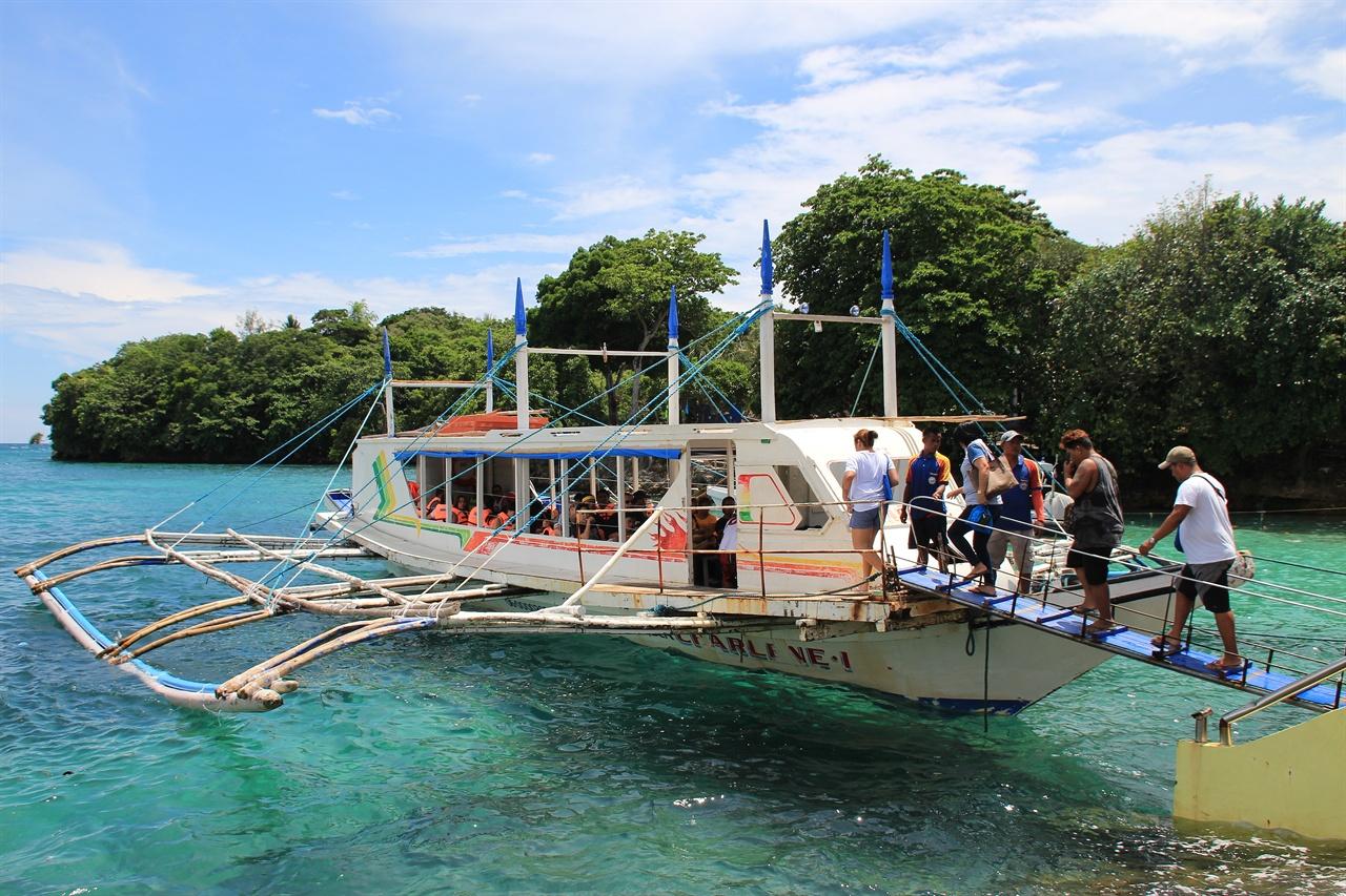 까띠끌란 항구에서 보라카이  섬으로 들어가는 방카 모습