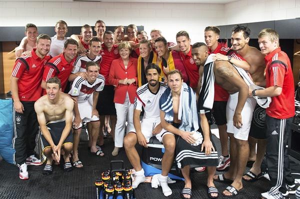 앙겔라 메르켈 독일 총리(가운데)가 2014년 6월 16일 브라질 사우바도르에서 열린 브라질 월드컵 G조 조별리그 1차전 독일 대 포르투갈의 경기가 끝난 뒤 독일 대표팀과 함께 기념촬영을 하고 있다.