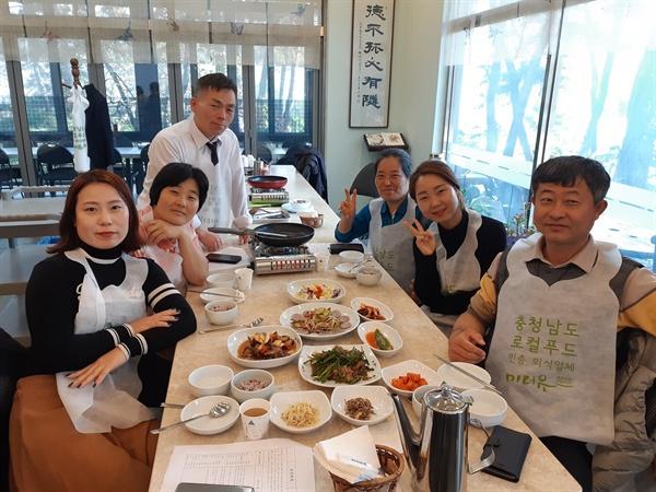 충남도의 전통장류 체험 활동에 참가한 서산시 학부모 건강 먹거리 지킴이단원들.