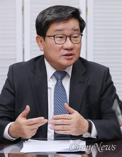 더불어민주당 예결위 간사를 맡고 있는 전해철 의원이 13일 국회 의원회관에서 오마이뉴스와 인터뷰하고 있다.
