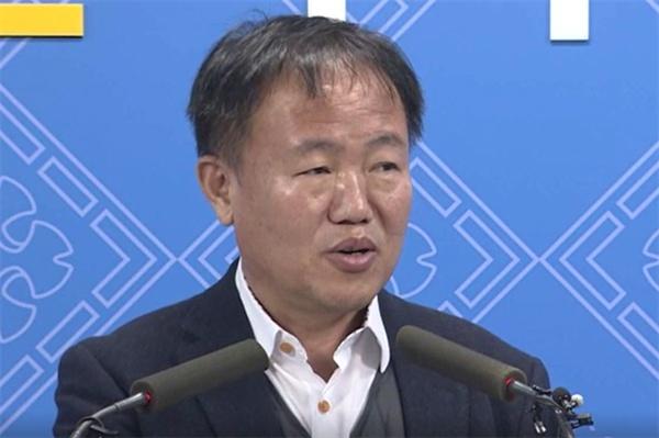 관용차 불법개조에 대해 사과하고 있는 이재수 춘천시장