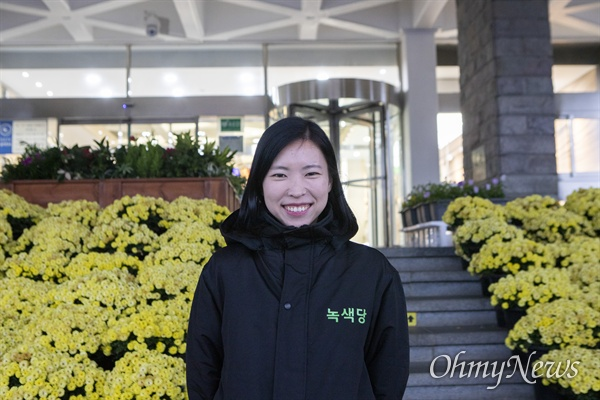 제주에 변화를 지난 11월 27일 고은영 녹색당 미세먼지 기후변화대책위원장이 제주도청 앞에 섰다.