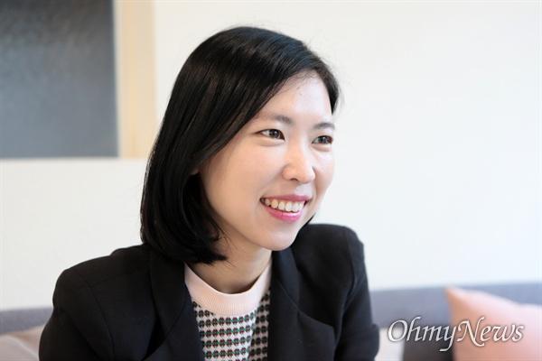 지난 11월 27일 고은영 녹색당 미세먼지 기후변화대책위원장이 제주도청 인근 카페에서 오마이뉴스와 만나 인터뷰하고 있다.