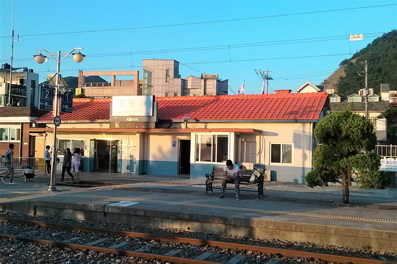 아침햇살을 가득 받은 정동진역의 모습. 정동진역은 그 자체로 영화와 같은 이야기를 간직한 역이기도 하다.