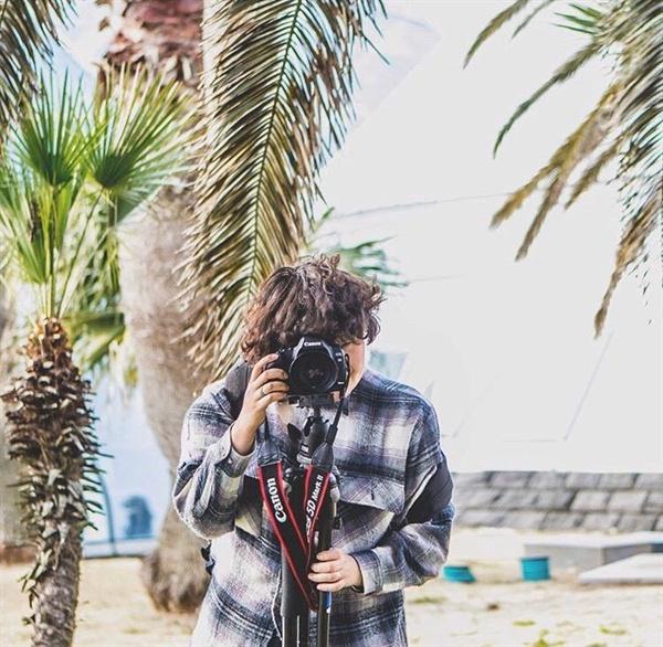 카메라를 들고 있는 전보라 작가의 모습