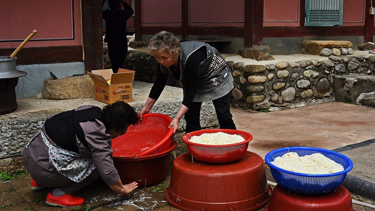 국수 요즘은 결혼식에선 국수를 만나기 어렵다. 그러나 마을의 대동회와 같은 대소사에서는 소머리국밥 아니면 주로 국수를 많이 먹는다.