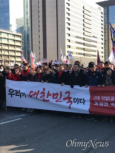 14일 오후 황교안 대표의 발언이 끝나고 자유한국당에서 가두행진을 진행하고 있는 모습. 맨 앞에 선 황교안 대표의 모습이 보인다.