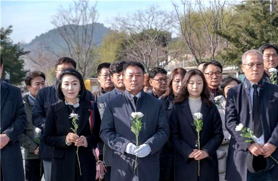 더불어민주당 김기운 창원의창지역위원장이 12월 13일 지지자들과 함께 봉하마을 고 노무현 전 대통령 묘소를 참배했다.
