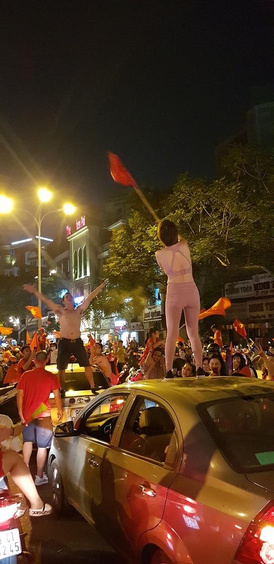 박항서 호의 베트남 축구가 결승전에서 인도네시아를 물리치자 거리로 나와 열광적으로 환호하는 호치민 군중들..