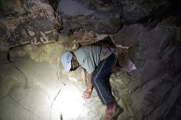 한 몽골 아저씨가 동굴벽화가 그려져 있는 구멍으로 부터 빠져나오고 있는 모습. 이 작은 구멍을 통과해 들어가면 구석기시대 동굴벽화를 만나볼 수 있다.