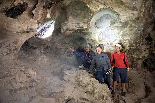 """사진을 자세히 들여다 보면 동굴 곳곳에 낙서가 적혀 있음을 알 수 있다. 귀국해 부여국립박물관에서 몽골과 한국의 청동기시대 문화를 비교 연구하던 몽골과학아카데미 역사고고학연구소 선임연구원 강톨가 박사에게 """"낙서금지""""라는 팻말을 세워달라고 부탁했다."""