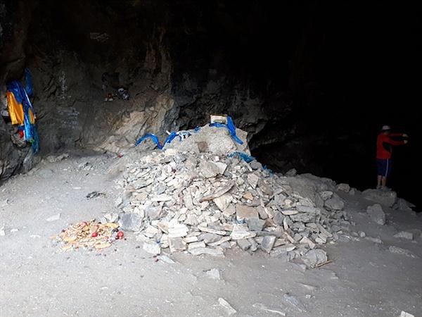 호이트 쳉헤르 동굴 입구 모습으로 오보와 하닥이 보인다.