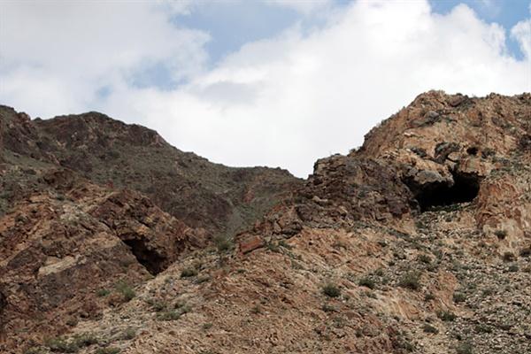 호이트 쳉헤르 동굴벽화가 있는 산자락 모습으로 8부 능선에 두 개의 동굴입구가 보인다. 1950년대 한 목동이 우연히 발견했다고 한다. 오른쪽이 동굴벽화가 그려진 동굴이다.