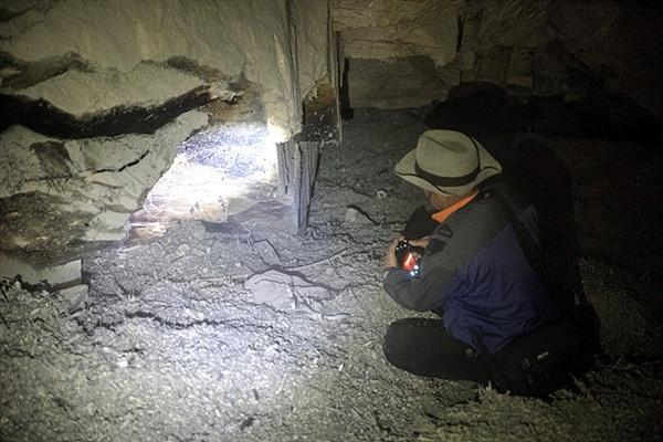 흥분된 마음으로 걸어가다 동굴 맨 밑바닥까지 미끄러져 내려갔다. 알 수 없는 그림이 있는  것같아 사진을 찍다가 새똥과 흙먼지 쌓인 곳에서 주저앉은 필자. 나쁜 균이 있는 박테리아나 미생물이 있을까 염려돼 찬물로 씻었다.