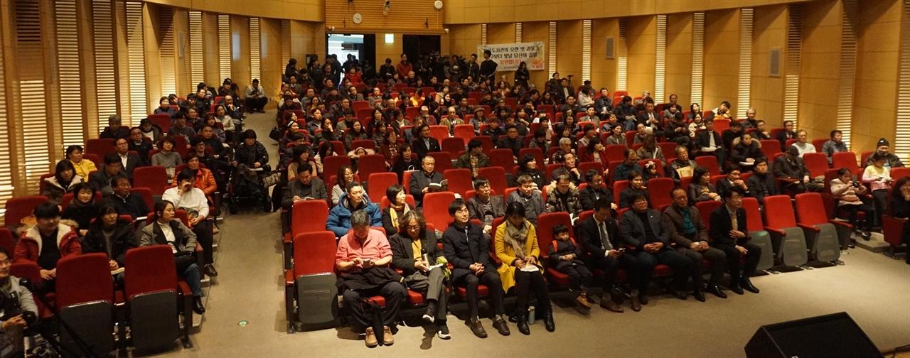 .김윤기 정의당 대전위원장이 15일 오후 대전 유성구 대전컨벤션센터 콘퍼런스홀에서 '길을 걷다' 북 콘서트 를 개최하고 있다.