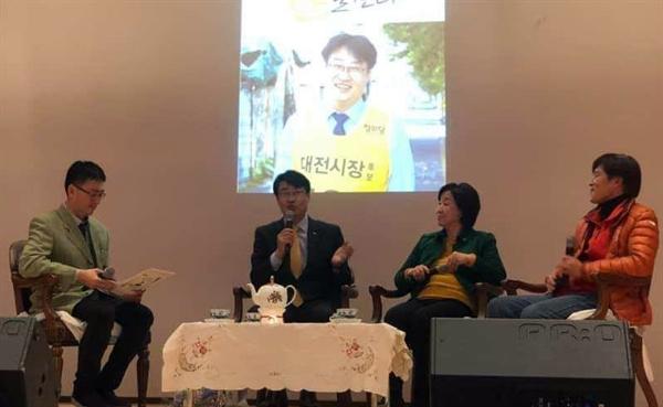 15일 오후 대전 유성구 대전컨벤션센터 콘퍼런스에서 열린 김윤기 정의당 대전시당위원장의 북 콘서트에서 심상정 정의당 대표(왼쪽 두번째)와 이인근 콜텍노조 지회장(오른쪽)이 '정치와 노동'을 주제로 의견을 밝히고 있다.
