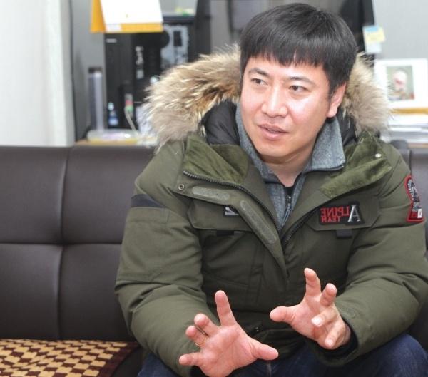 노승일 전 K스포츠재단 부장이 자신의 사무실에서 인터뷰를 하는 모습.