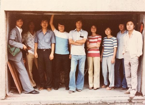 1980년대 얄라셩 회원들. 왼쪽에서 세번째가 김동빈 감독, 네번째 김인수 대표, 오른쪽 끝 김홍준 감독