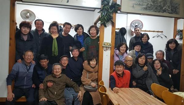 녹지야학 송년 모임 12월 14일(토) 서울 강남고속버스터미널 근처 한 음식점에서 녹지야학 멤버 30여 명이 송년 모임을 가졌다.