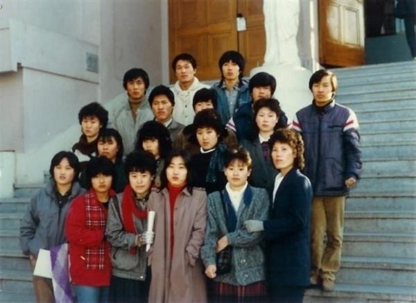 1984년 사랑반 졸업식 사진. 이들이 지금은 50대 중후반으로 각지에서 열심히 생활하고 있다.