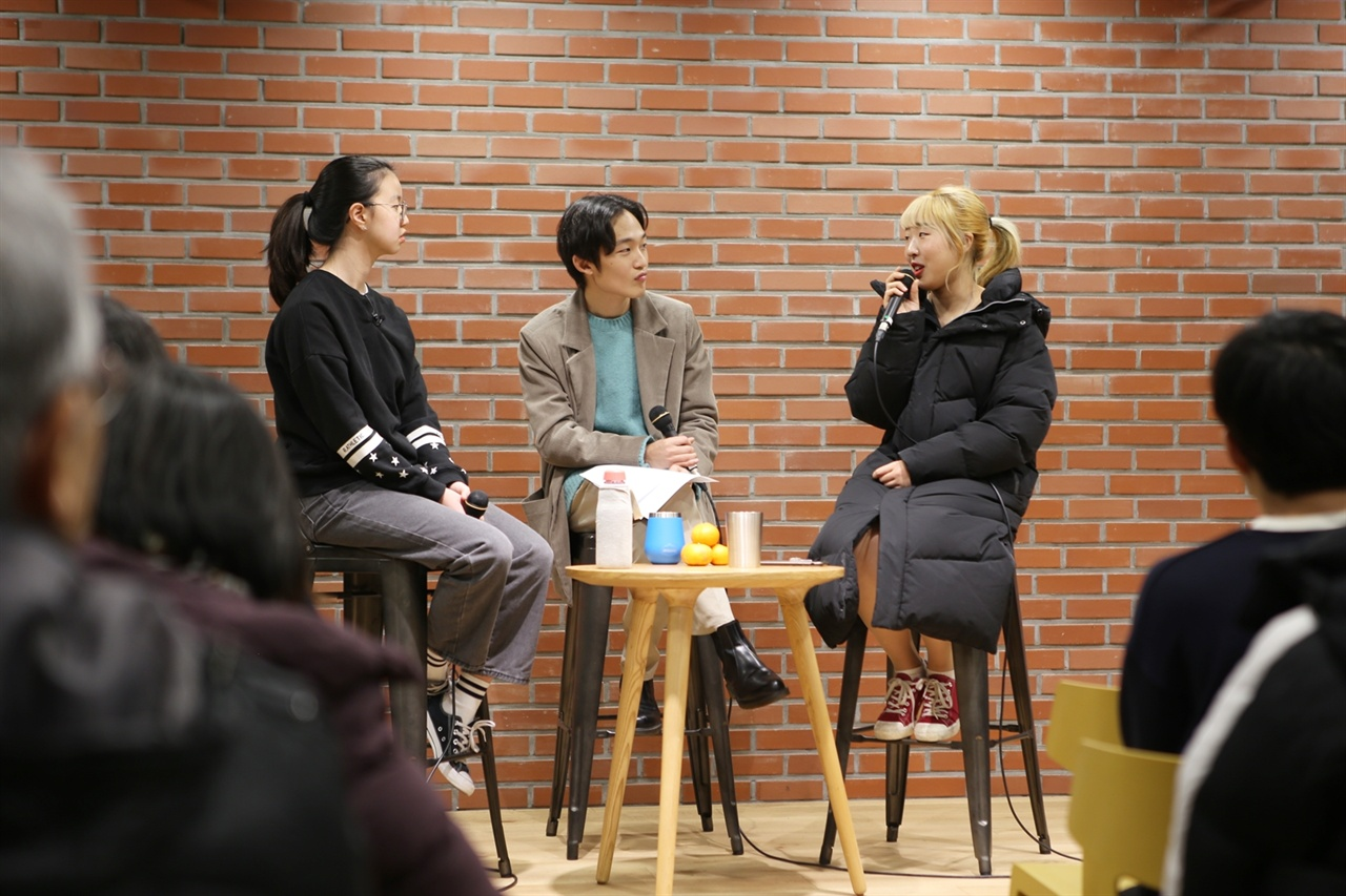 청소년 운동가들이 대담을 나누고있다. 왼쪽부터 김도현 청소년기후행동 활동가, 권우현 환경운동연합 활동가, 칸노 한나.