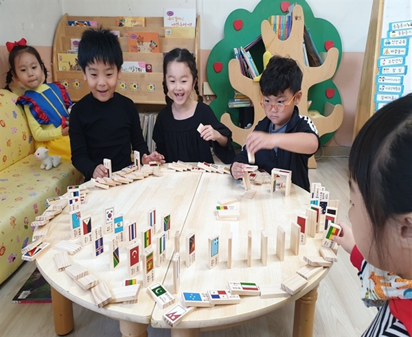 오목초병설유치원의 다문화교육. 다문화교육 정책학교 운영비로 교구했다. 이 유치원은 올해 다문화교육 정책학교(유치원)로 지정됐다.