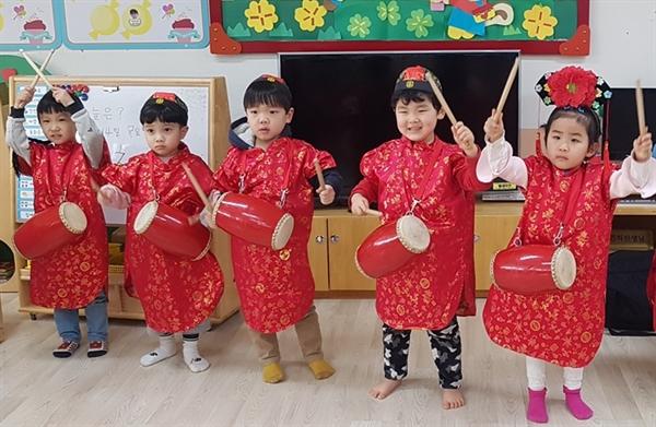 오목초병설유치원이 방과후 과정 특성화 활동으로 여러 나라의 음악과 춤, 악기에 대해 체험하는 유아음악 프로그램 활동을 하고 있다.