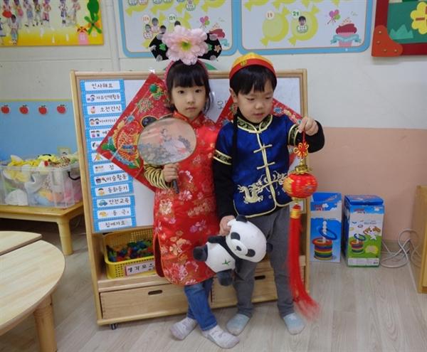 오목초병설유치원이 아산시 다문화가족지원센터의 강사를 초빙해 캄보디아, 일본, 중국 등 다문화이해 교육프로그램을 하고 있다.