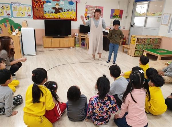 오목초병설유치원 학부모 동아리의 한 학부모가 전래놀이를 지도하고 있다. 이 유치원의 학부모동아리는 올해 주된 활동 방향을 다문화 유아의 사회 적응을 돕는 일로 정했다.