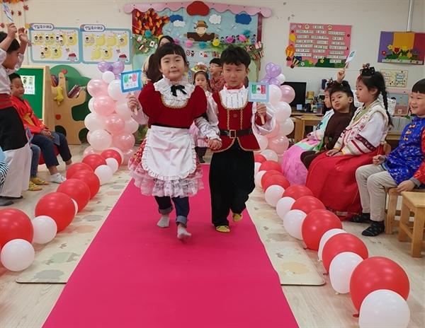 오목초병설유치원이  '세계 여러 나라 패션쇼'  연구 수업을 하고 있다. 이 유치원은 올해 두 차례 공개 수업과 학부모 참여 수업을 통한 세계 여러 나라를 주제로 한 연구수업(다문화 교육 운영 행복 나눔 장학)을 했다.