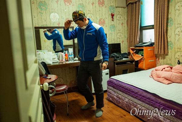 김종일씨가 머물고 있는 숙소는 모텔이다. 모텔에서 '달방'을 얻어 직장까지 출퇴근한다. 잔업이 남아 숙소에서 쉬다 회사의 연락을 받고 다시 방을 나섰다.