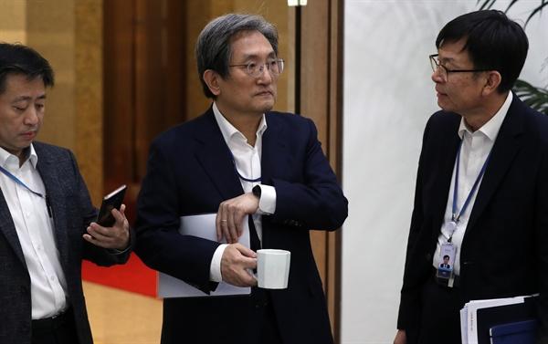 16일 청와대에서 수석·보좌관 회의 전 노영민 비서실장과 김상조 정책실장이 대화하고 있다. 왼쪽은 윤도한 국민소통수석.