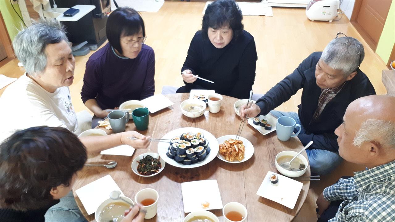 떼알농장 식구들과 먹는 소박한 점심 상차림.  자연농법으로 지은 쌀로 만든 김밥을 점심으로 준비해주었다. 떼알농장 가족 중엔 음식 솜씨 좋은 호심 선생이 함께 살고 있었고 취재일도 호심 선생이 된장국과 김밥을 만들어주어 맛있게 먹었다.  자연농법으로 지은 쌀이라 그런지 밥알에 힘이 느껴지고 쫀득한 식감이 좋았다. 배부르게 먹었는데도 속이 편한 게 큰 특징이었다.