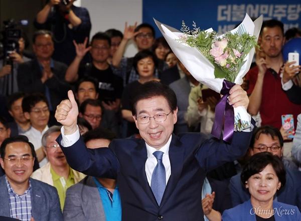6·13 지방선거의 서울시장 선거에서 더불어민주당 박원순 후보의 당선이 확실시되자 박 후보가 13일 오후 서울 종로구 안국동에 마련된 캠프 상황실에서 꽃다발을 들고 인사하고 있다.