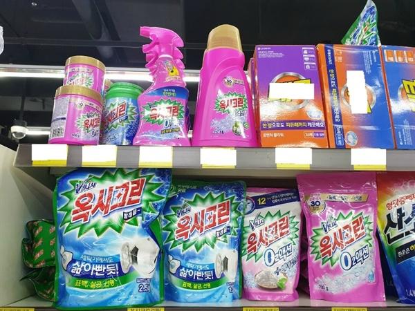 춘천 한 대형 마트 생활용품 코너에 가습기 살균제 제조업체인 옥시가 만든 생활화학 제품?'옥시크린'?제품이 진열돼 있다.