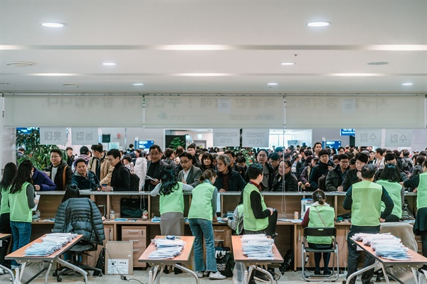 그린보트 출항 전, 부산항 체크인 카운터에 보인 참가자들