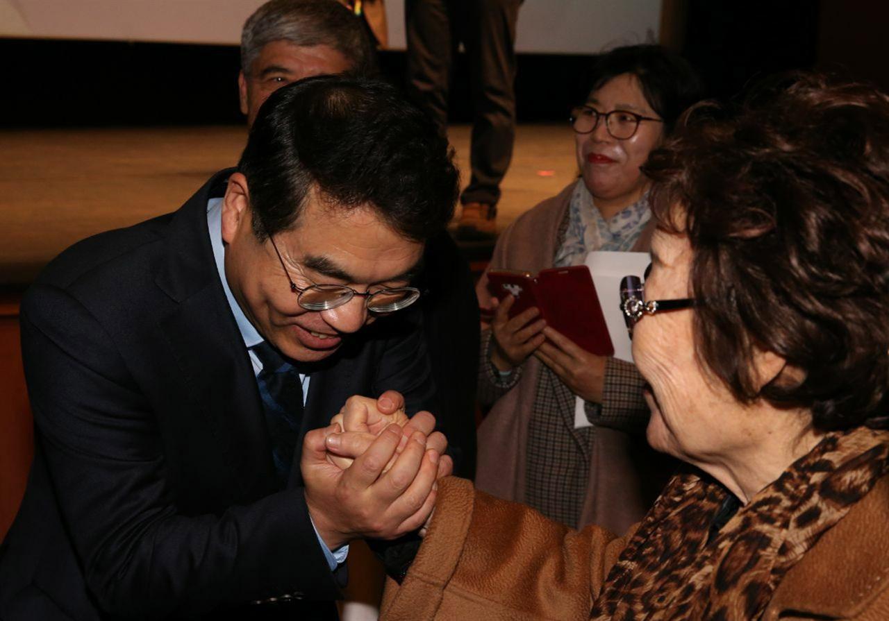 양기대 전 광명시장 출판기념회에서 일본군 위안부 피해자 이용수 할머니에게 인사하는 모습