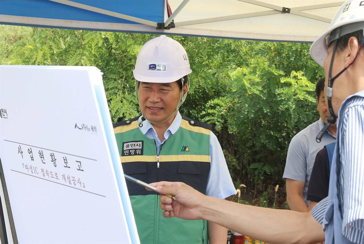 2018년 8월 3일 마성IC 접속도로 개설공사 부분개통 현장 점검하고 있는 백군기 용인시장