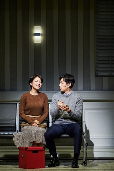 <뮤지컬 빅 피쉬> 공연 중의 한 장면. 윌 역의 배우 김성철과 조세핀 역의 배우 김환희가 대화를 나누고 있다.