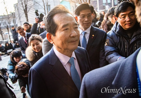 총리 지명을 받은 정세균 전 국회의장이 18일 오전 서울 종로구 금융감독원 연수원에 마련된 청문회 준비 사무실로 출근하고 있다.
