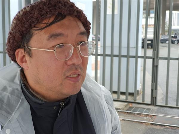 제주 제2공항 백지화를 외치며 7일차 단식을 벌이는 김경배 씨와 함께 하고 있는 허찬란 신부(제주교구 생태위원장).