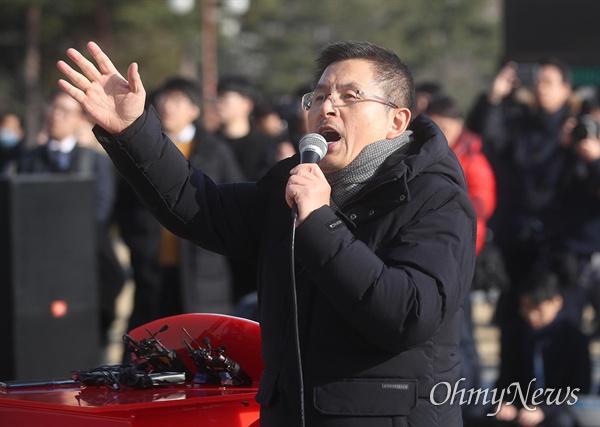 황교안 자유한국당 대표가 17일 오후 서울 여의도 국회 본청 앞에서 열린 공수처법, 선거법 날치기 저지 규탄대회에 참석해 선거법이 통과되면 독재로 가는 길이다고 주장하고 있다.