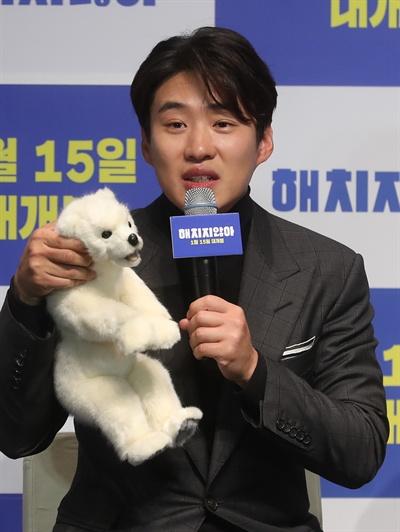 배우 안재홍이 18일 서울 강남구 신사동 압구정CGV에서 열린 영화 '해치지 않아' 제작발표회에서 배역을 소개하고 있다.