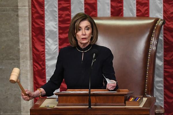 18일(미국 현지시각) 도널드 트럼프 미국 대통령에 대한 탄핵소추안이 하원을 통과했다. 의사봉을 들고 있는 낸시 펠로시 하원의장.