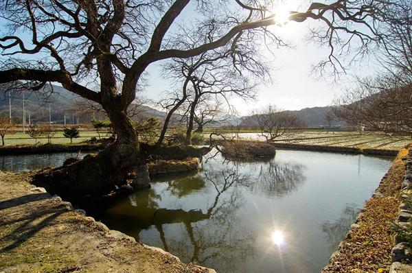 최씨담의 두 섬은 일월을 상징한다고도 하고 정절을 지키고자 연못에 뛰어든 최씨와 여종 석이를 추모하려는 의도에서 만들어졌다고도 한다.