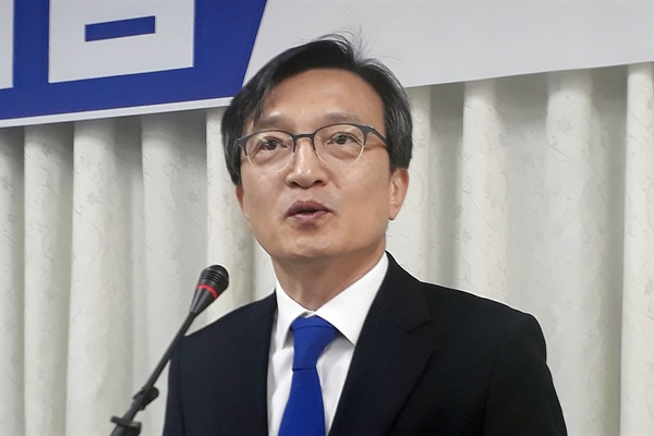 김의겸 전 청와대 대변인이 19일 전북 군산시청에서 출마 기자회견을 하고 있다.
