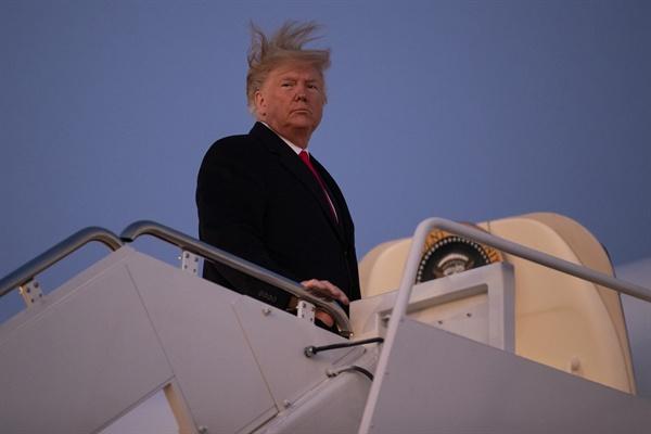 도널드 트럼프 미국 대통령. 사진은 18일(미국 현지시각) 미시간주 배틀크리크에서 열리는 대선 유세에 참석하기 위해 메릴랜드주 앤드루스 공군기지에서 전용기 에어포스원에 오르고 있는 모습.
